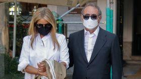 Pedro Trapote junto a su mujer, Begoña García-Vaquero, a la salida del restaurante donde han comido.