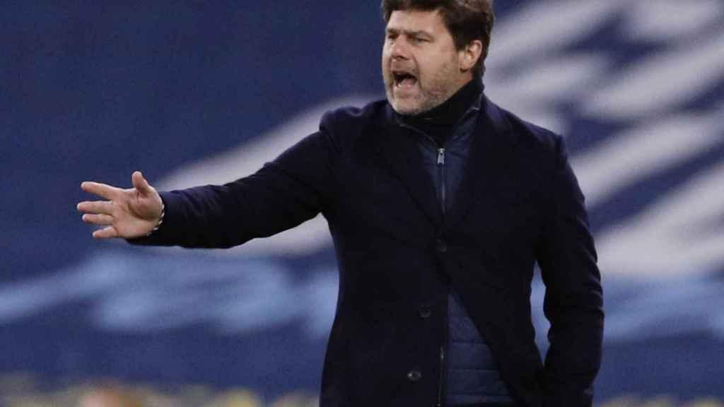 Mauricio Pochettino da órdenes a sus jugadores