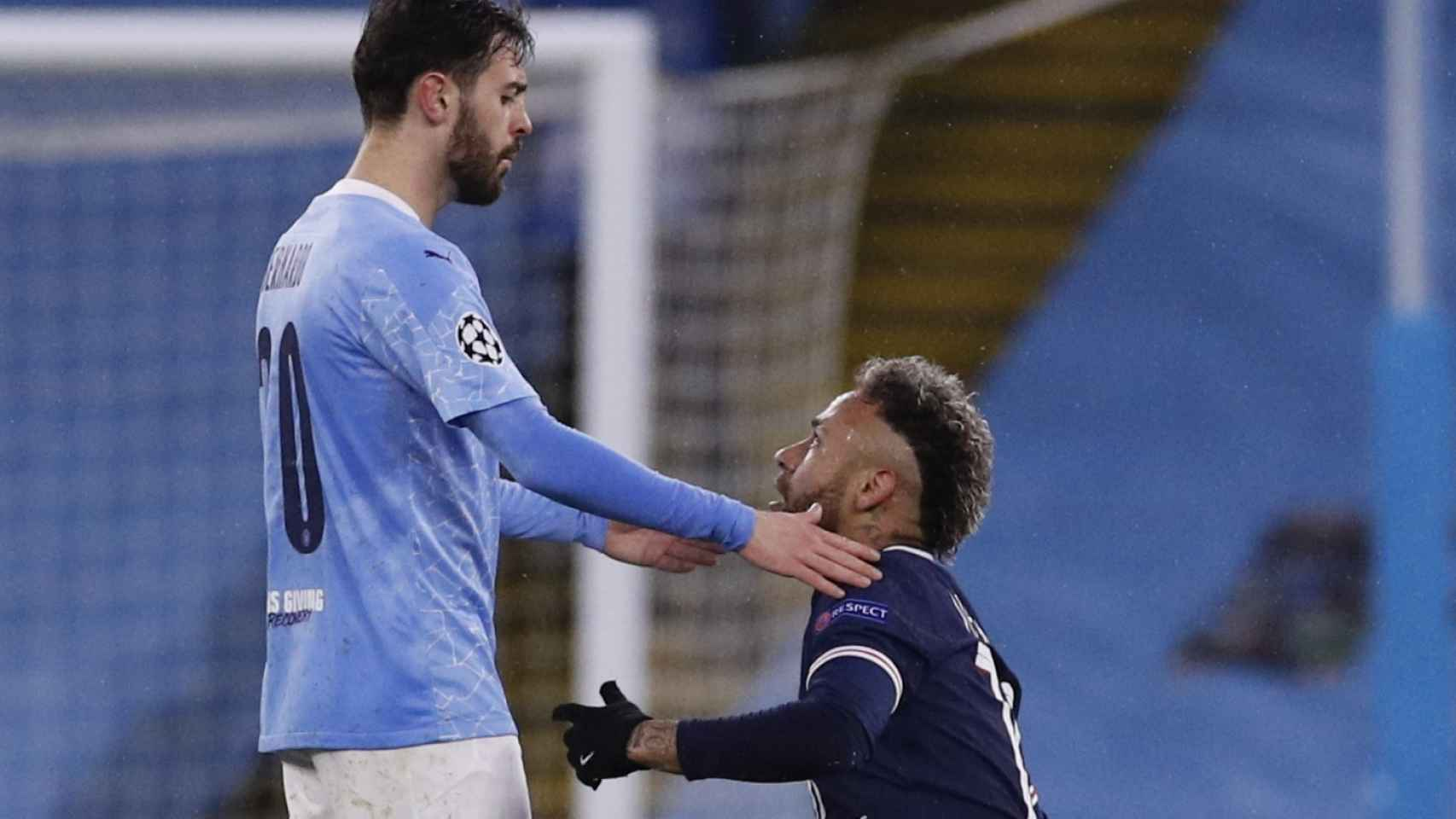 Neymar se levanta tras una falta de Bernardo Silva