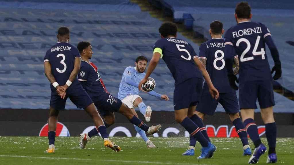 Bernardo Silva ejecuta un lanzamiento de falta