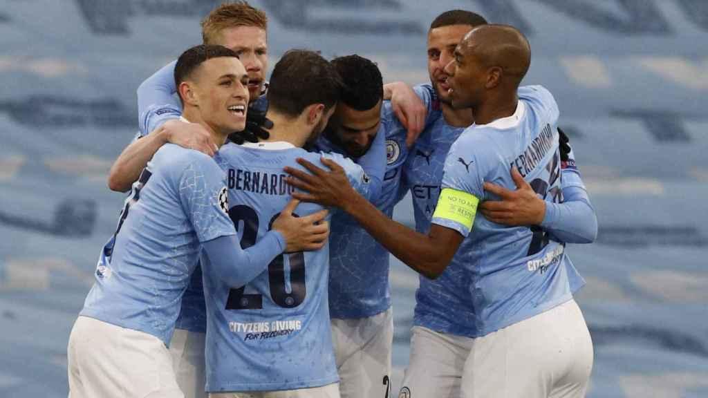 Piña de los jugadores del Manchester City para celebrar el gol de Mahrez