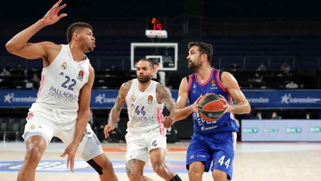Tavares (Real Madrid) defendiendo a Simon (Anadolu Efes)