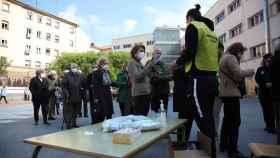 La cola en uno de los colegios electorales de madrid para ir a votar.
