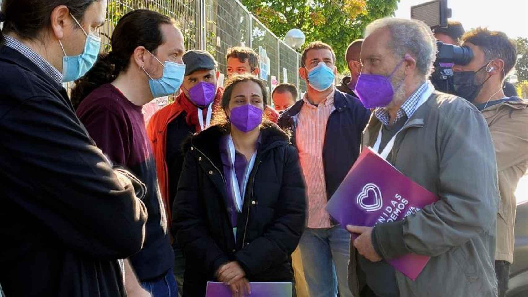 El candidato de Unidas Podemos,  Pablo Iglesias,  a su llegada al Colegio público La Navata en Galapagar para votar.