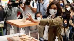 La presidenta de la Comunidad de Madrid y candidata del PP, Isabel Díaz Ayuso, vota en el colegio La Inmacualada-Marillac.