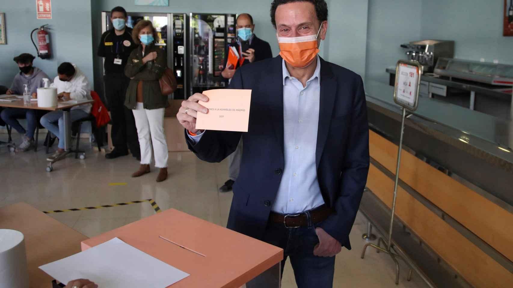 El candidato de Ciudadanos, Edmundo Bal, vota en el Centro Cultural Alfredo Kraus.
