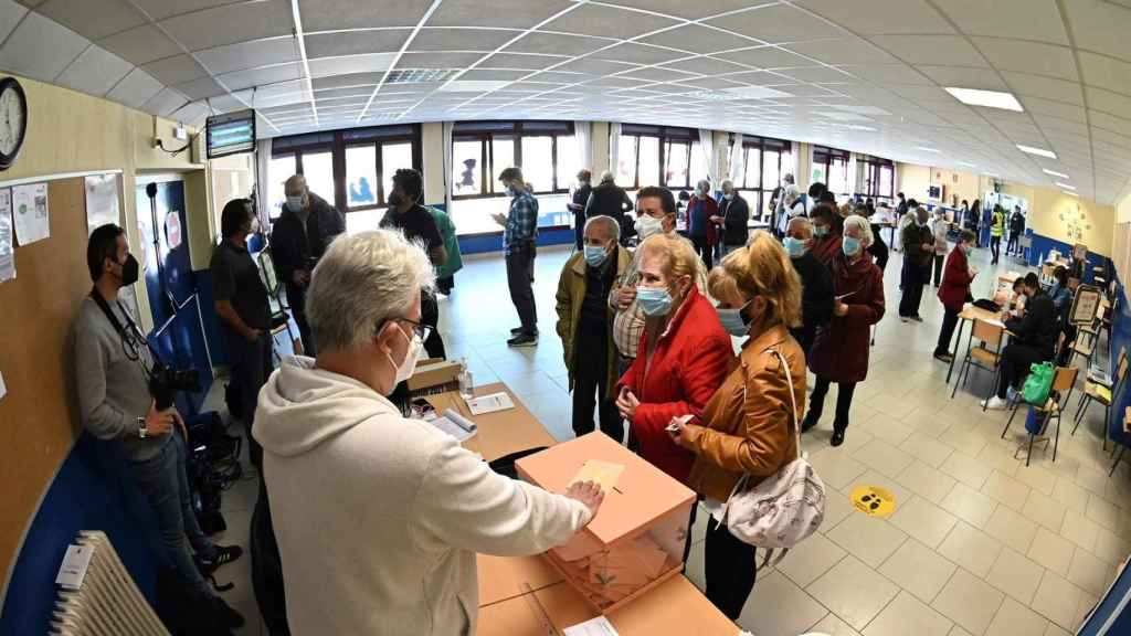 Votantes ejercen su derecho a voto en el Colegio Pinar del Rey en Madrid. Efe