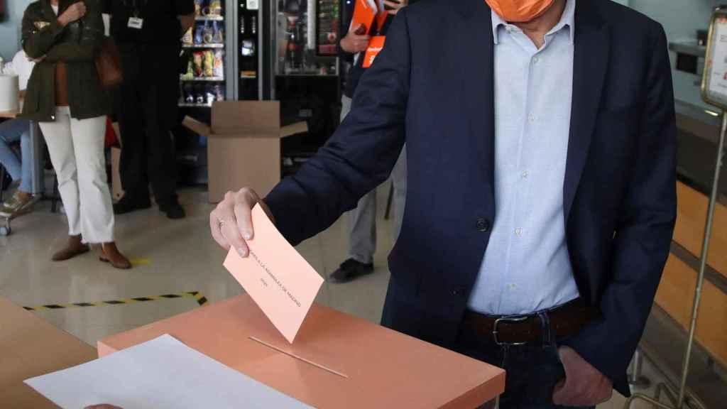 Edmundo Bal votando en su colegio electoral.