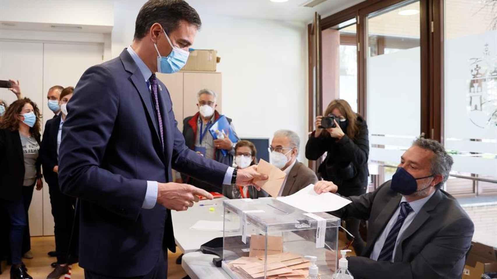 El presidente del Gobierno, Pedro Sánchez, vota en Pozuelo de Alarcón.