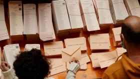 Vecinos de Moralzarzal (Madrid) votan este martes en las elecciones autonómicas.