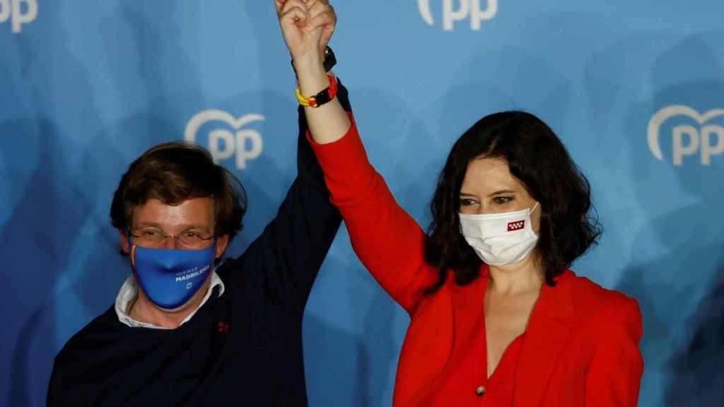 Isabel Díaz Ayuso y el alcalde de Madrid, José Luis Martínez Almeida, en la sede del PP en la calle Génova.
