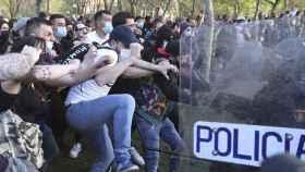 Los manifestantes contrarios al mitin de Vox del 14 de abril, en un enfrentamiento contra los agentes de Policía.