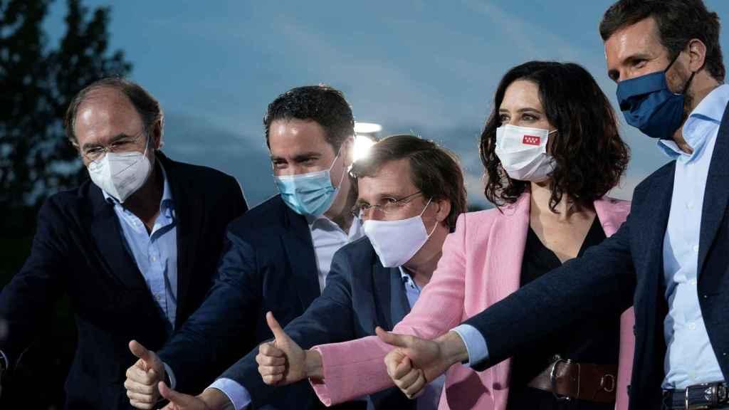 Isabel Díaz Ayuso, entre el alcalde Almeida; el presidente del PP, Pablo Casado; el secretario general García Egea; y el líder del PP madrileño, García-Escudero.