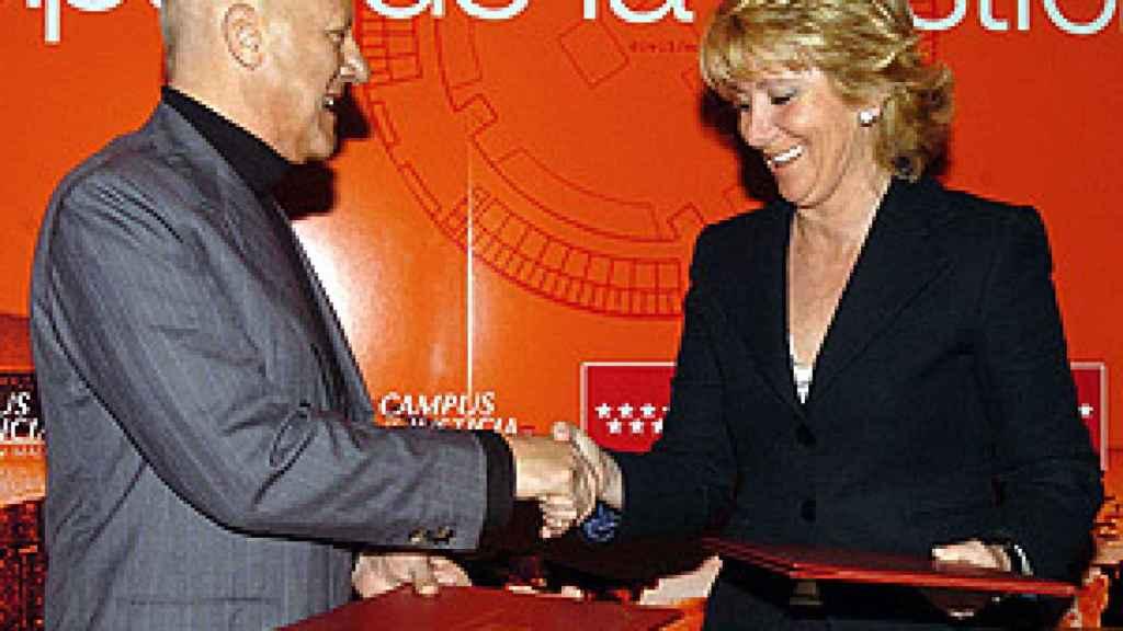 Foster y Aguirre en el acto celebrado en Madrid el 17 de abril de 2006./
