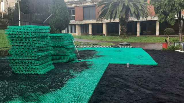 Instalación de este sistema de drenaje en el suelo para sustituir el asfalto o el hormigón.