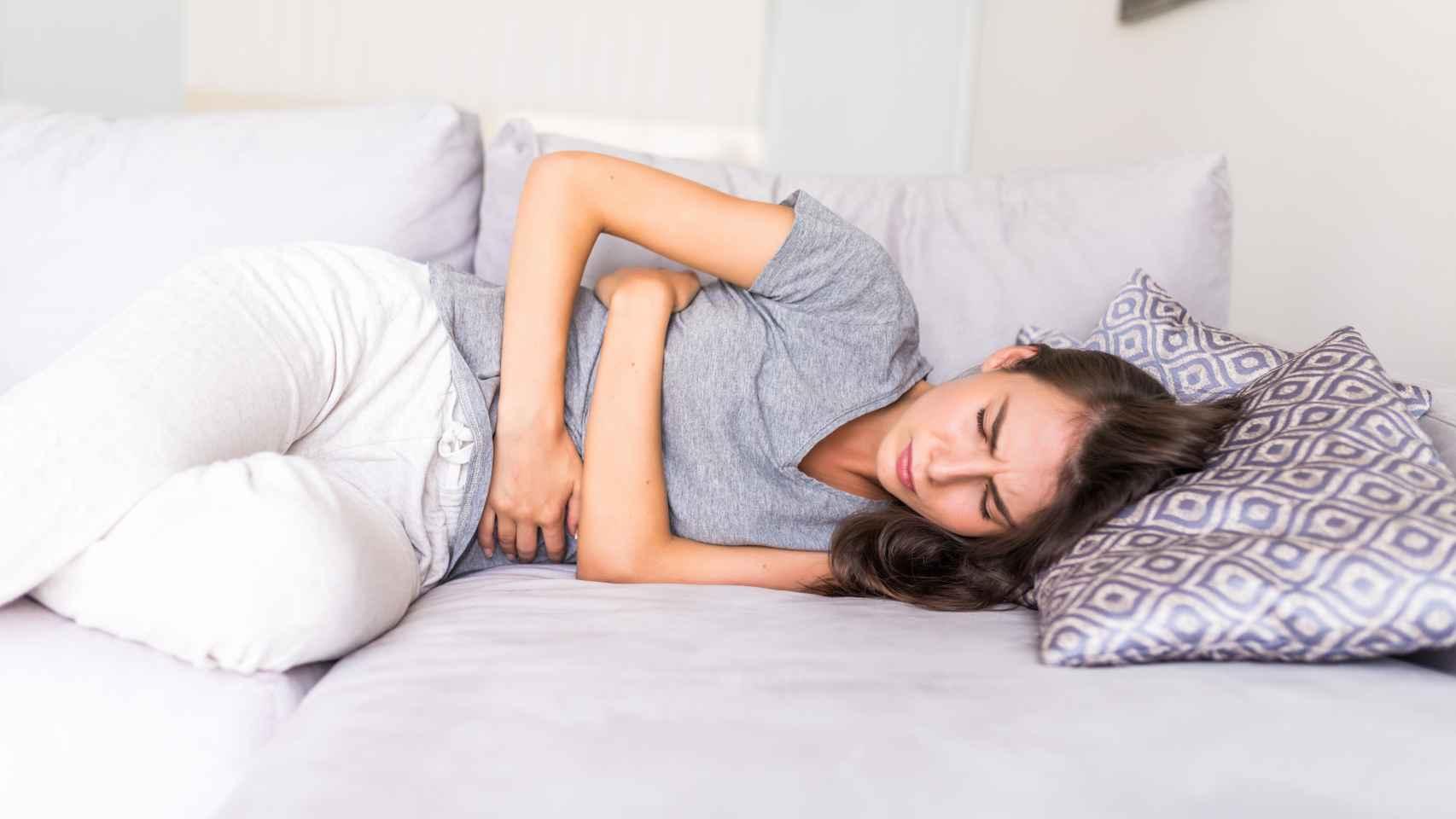 Una mujer con dolores durante la menstruación.