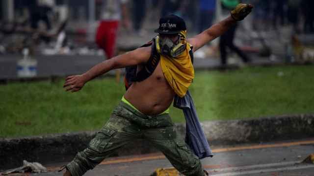 Manifestantes se enfrentan con miembros del Escuadrón Móvil Antidisturbios durante las protestas en Cali .