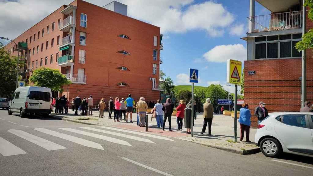Cola para votar en el colegio El Madroño, en Vallecas, donde votaba Iglesias cuando vivía aquí.