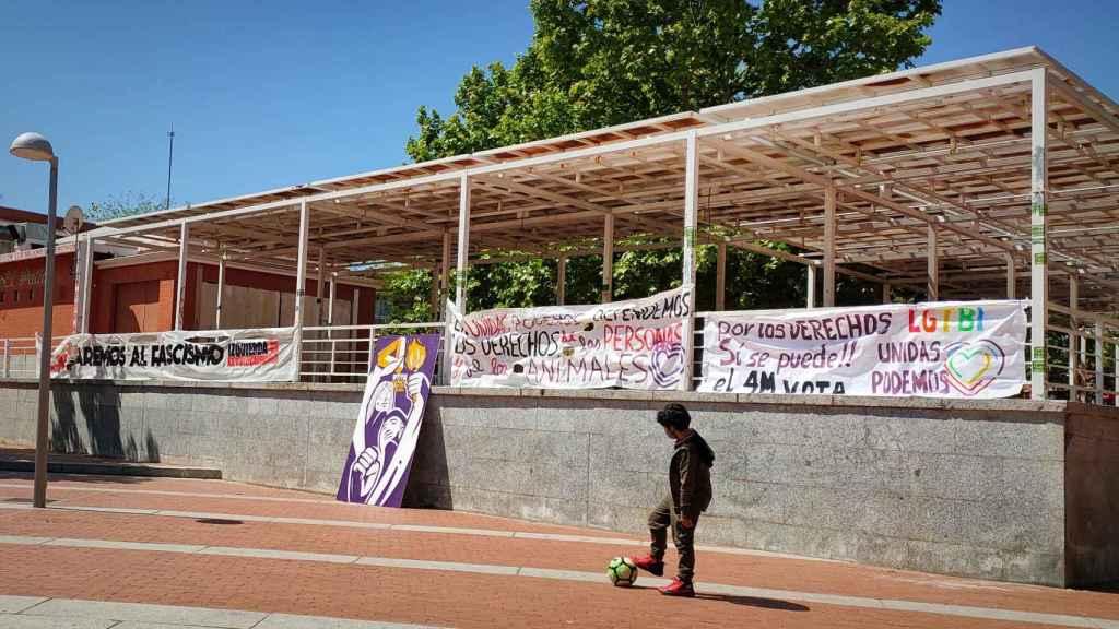 Pancartas de apoyo a Unidas Podemos en la Plaza de la Constitución, en Vallecas.