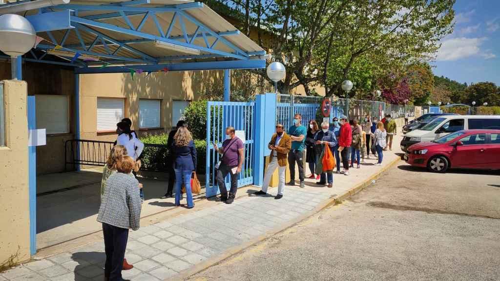 Cola para votar en el Colegio Público La Navata.
