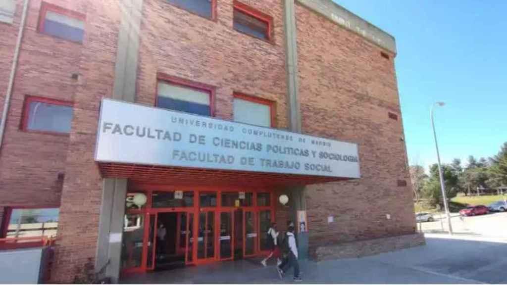 La entrada a la Facultad de Ciencias Políticas y Sociología de la UCM.