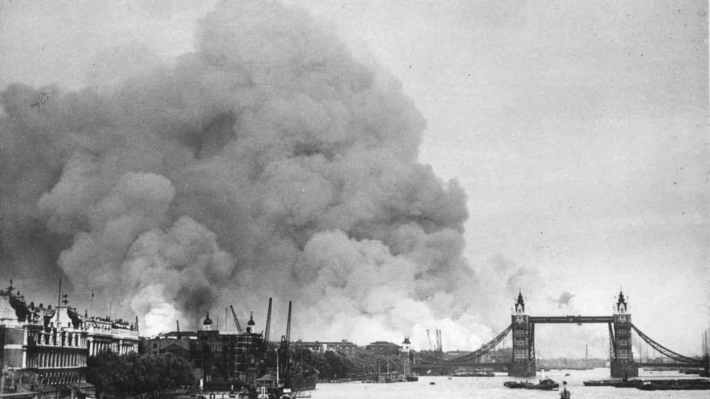 Vista del río Támesis y el humo en los puertos de Londres tras los primeros bombardeos del 7 de septiembre de 1940.