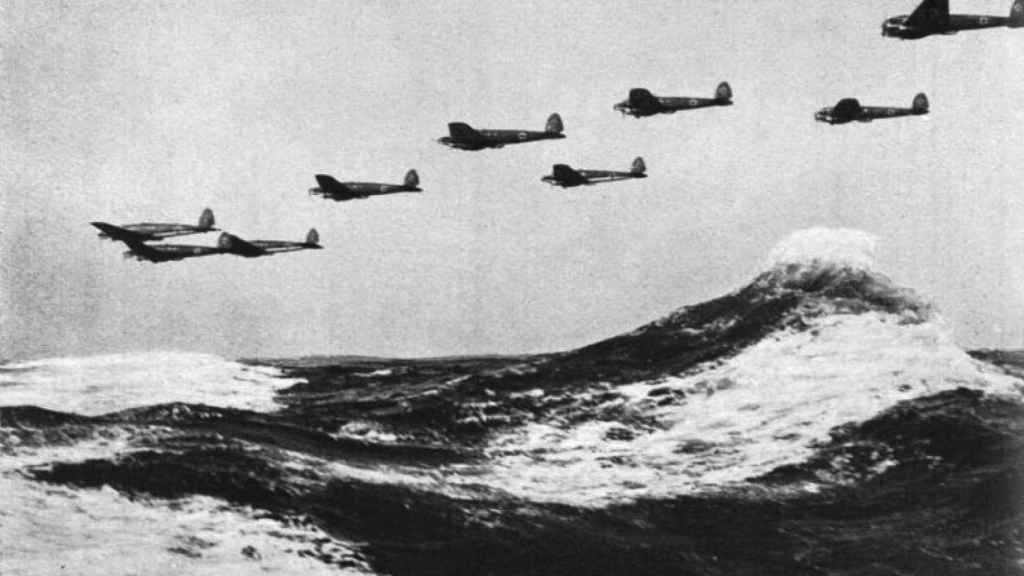 Bombarderos alemanes Heinkel He 111 atravesando el canal de la Mancha en 1940.