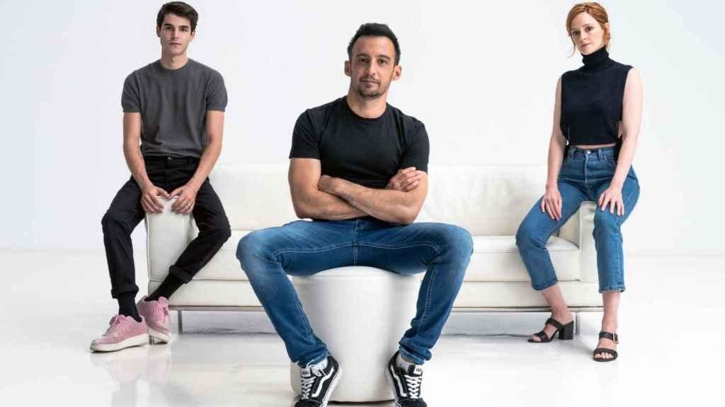 Álvaro Mel, junto a su director  (Alejandro Amenábar) y su compañera de reparto (Ana Polvorosa) en 'La fortuna'.