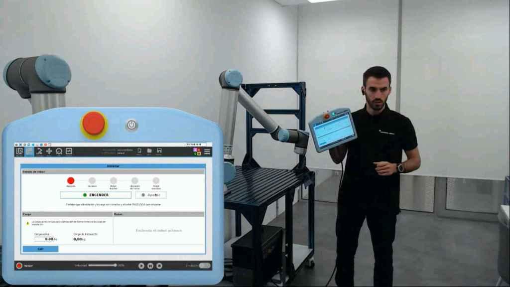El ingeniero de Universal Robots explicando el funcionamiento de los cobots.
