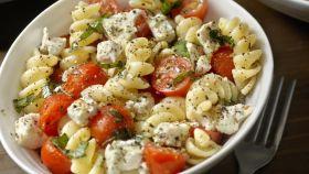 Una ensalada de pasta con macarrones.