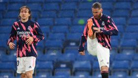 Luca Modric y Sergio Ramos calentando en Stamford Bridge.