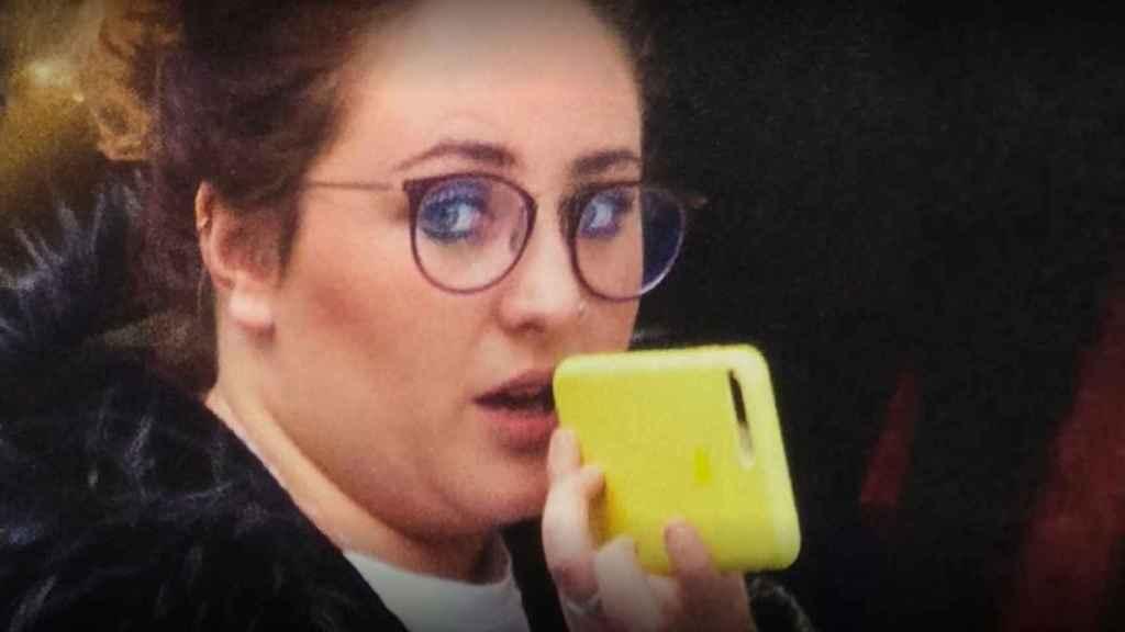 Rocío Flores con un teléfono móvil.