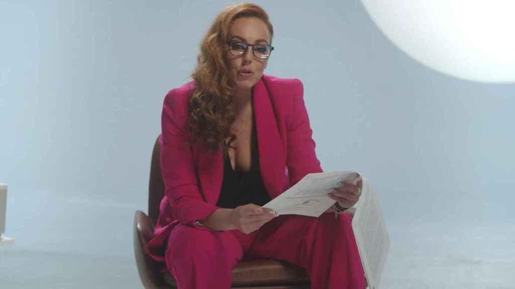 Rocío Carrasco leyendo documentos en la docuserie.