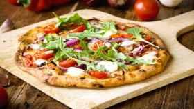 Una pizza recién salida del horno.