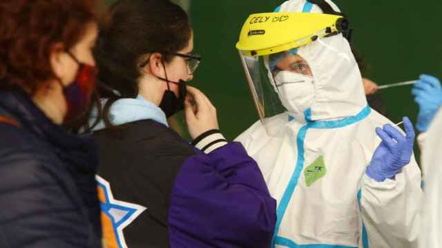 Unas jóvenes se hacen tests contra la Covid-19.