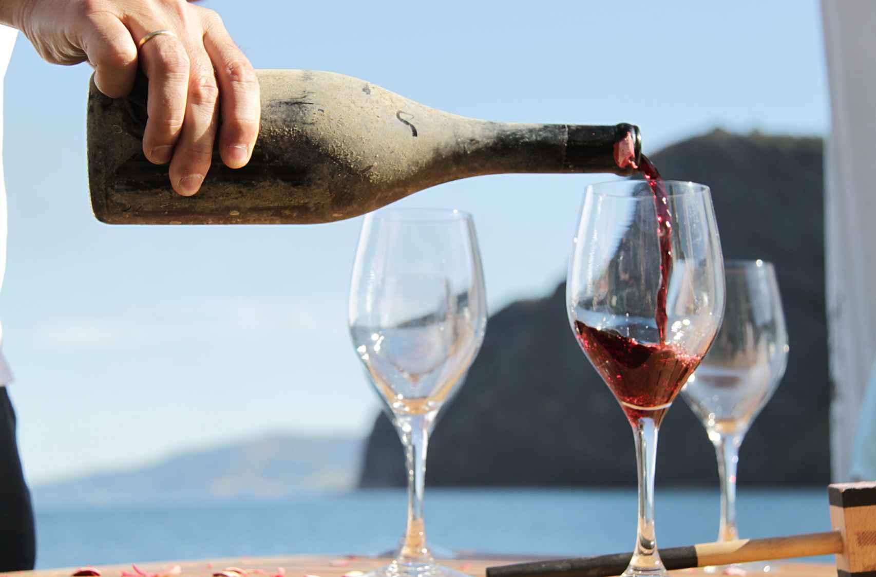 El vino criado bajo el mar tiene matices salinos.