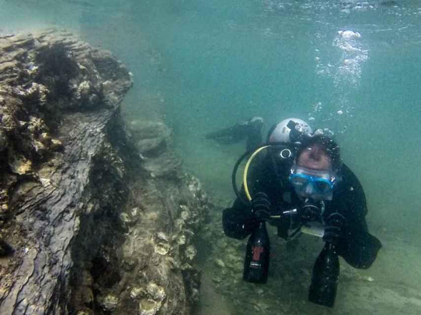 Visitar las bodegas submarinas lleva a otro nivel el enoturismo.