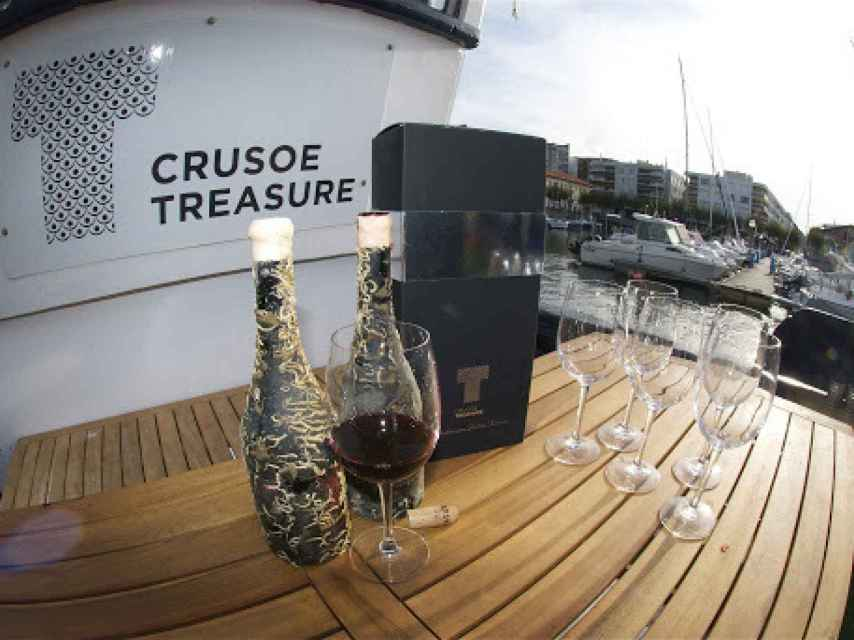 Cata de vinos submarinos a bordo del barco de Crusoe Treasure.