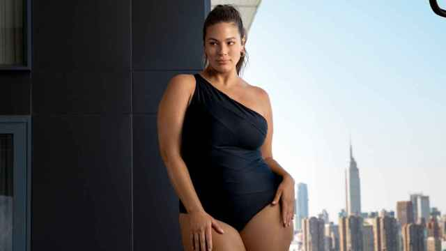Ashley Graham comparte sus 10 trucos para lucir un bronceado perfecto.