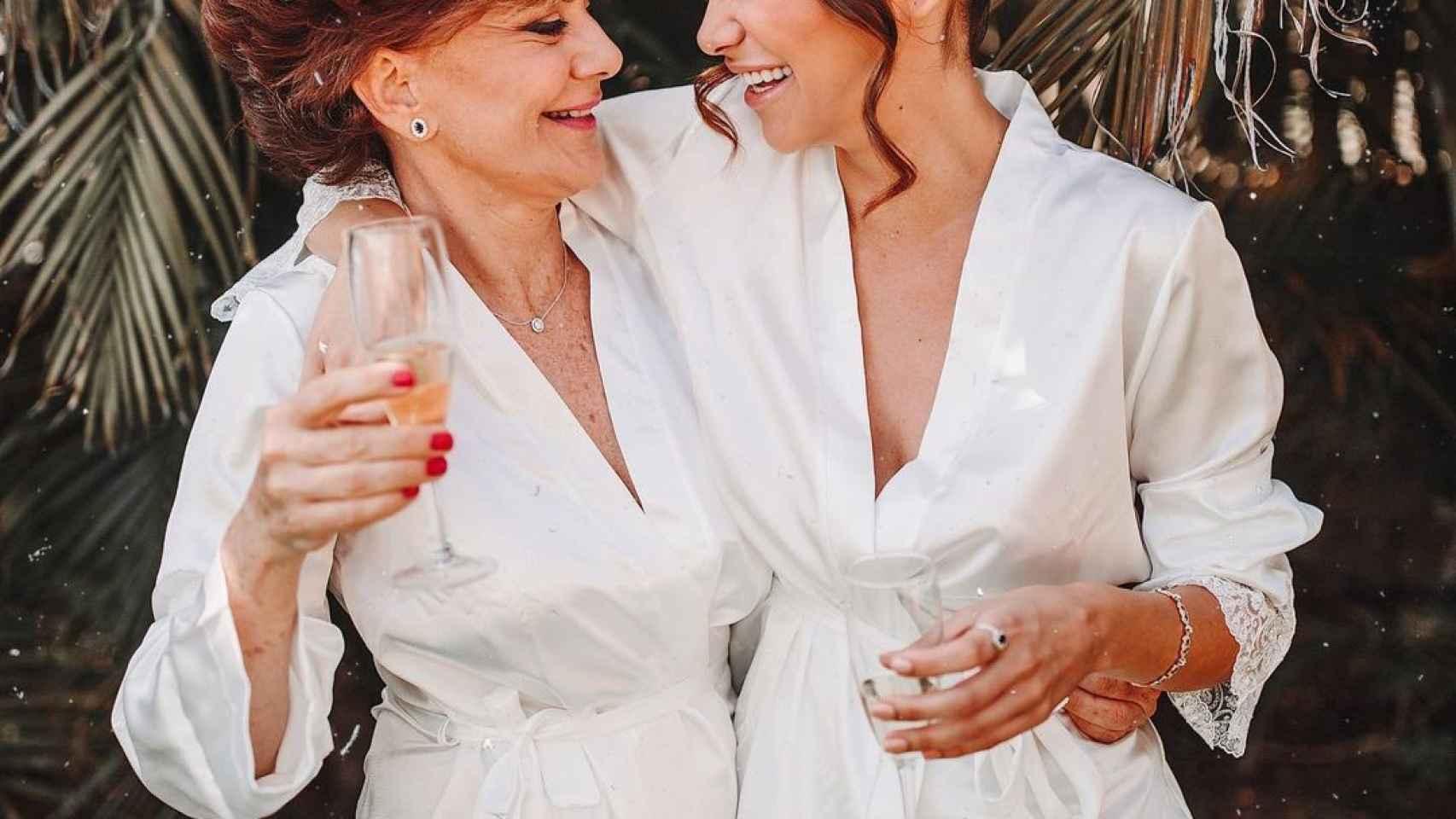 Carla, junto a su madre, Rosa Barber, en una imagen de sus redes sociales.