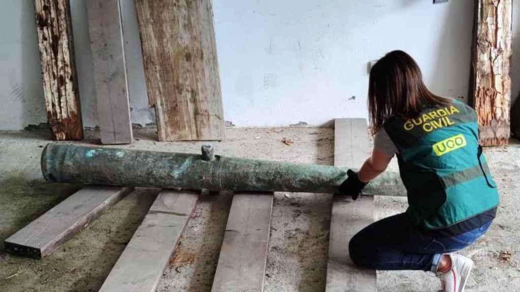 La pieza de artillería de finales del siglo XVI, recuperada tras ser expoliada.