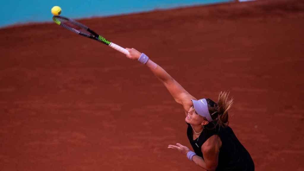 Paula Badosa sacando en el Mutua Madrid Open 2021