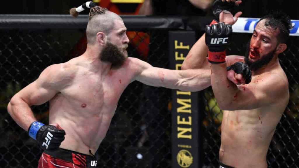 Jiri Prochazka golpea a Dominick Reyes en una pelea de la UFC