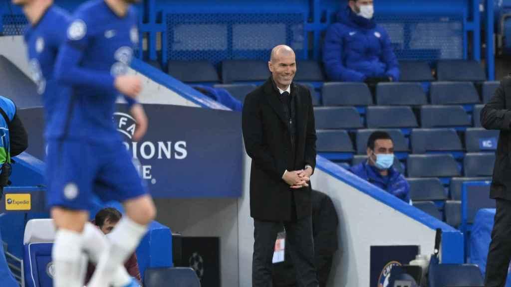 Zinedine Zidane sonriente antes del Chelsea - Real Madrid