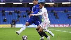 Eden Hazard, presionado por Thiago Silva