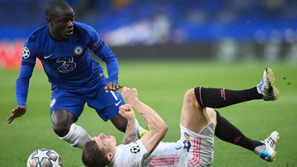 Toni Kroos cae al suelo tras un golpe de N'Golo Kante