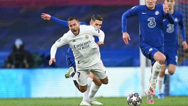 Eden Hazard cae al suelo tras una dura entrada de Jorginho