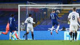 Timo Werner remata de cabeza un lanzamiento que había tocado en el larguero y marca gol para el Chelsea