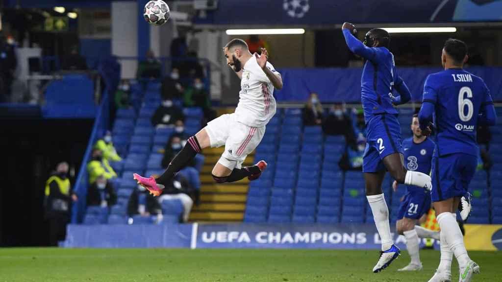 Karim Benzema se adelanta a la defensa del Chelsea y remata a portería