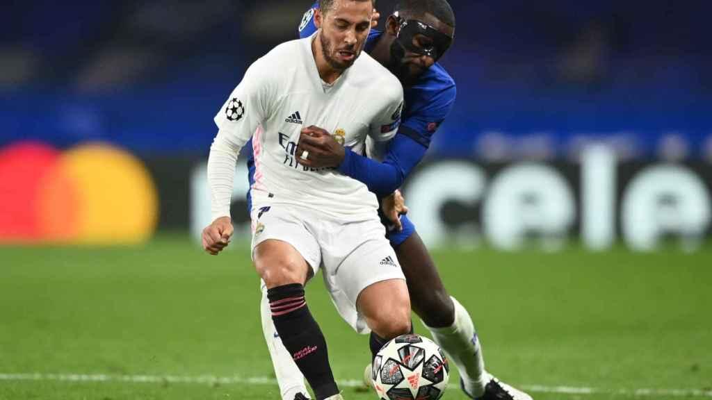 Eden Hazard agarrado por Antonio Rudiger